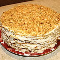 Верх тортика посыпаем крошкой из пивных коржей - фото