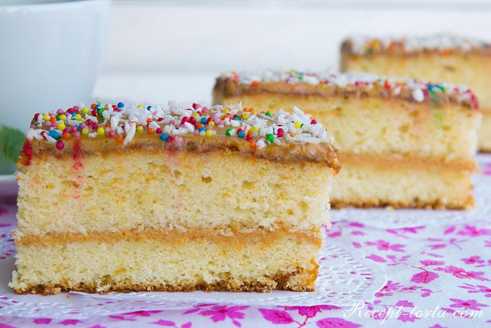Готовый бисквитный торт приготовленный по рецепту с пошаговыми фото
