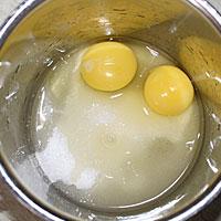 Яйца и сахар для крема Пломбир - фото