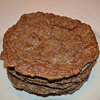 Жарим коржи для печеночного торта - фото