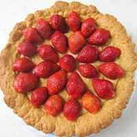Смажем корж торта клубничным желе и выложим ягоды- фото