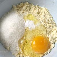 Добавим сахар, соду и яйцо - фото