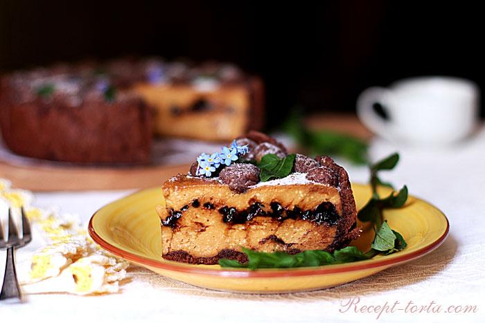 Готовый песочный торт с творогом и шоколадными дропсами в разрезе