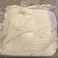 Белки и сахар взбиваем до пиков для суфле - фото