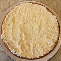 Промазываем манные коржи масляным кремом - фото