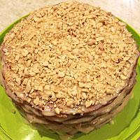 Украшаем торт Рыжик орешками - фото