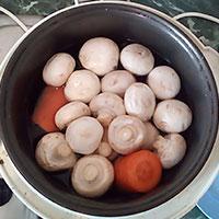 Отварим морковь и грибы - фото