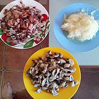 Накрошим сельдь, лук и морковь - фото