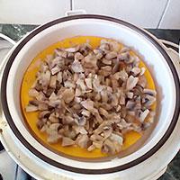 Отварим грибы и лук - фото