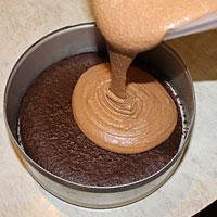 Выкладываем шоколадное суфле на корж - фото
