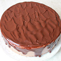 Заливаем шоколадный торт Птичье молоко глазурью - фото