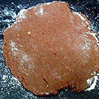 Заместим тесто и раскатаем коржи