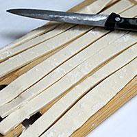 Нарезаем слоеное тесто полосками - фото