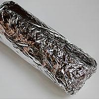Заворачиваем торт Полено в фольгу - фото
