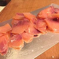 Режем соленую рыбу - фото