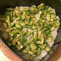 Выкладываем на рыбу рис и авокадо - фото