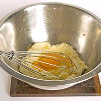 Введем желтки в тесто