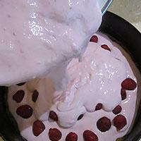 Выкладываем поверх ягоду и снова творожный крем- фото