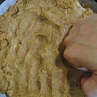Утрамбуем тесто из овсяного печенья - фото