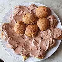 Выкладываем печенье и крем слоями пока не получится горка - фото