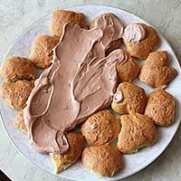 Покрываем печенье кремом - фото