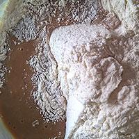 Всыпаем сухие ингредиенты в печеночную смесь - фото