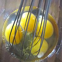 Взобьем яйцо с солью  - фото