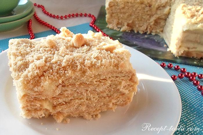Кусок торта из печенья с заварным кремом