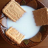 Печенье мочим в молоке - фото