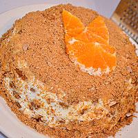 Пряничный торт посыпаем крошкой из пряников - фото