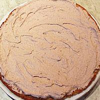 Смазываем кремом основание торта - фото