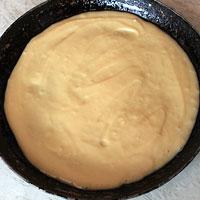 Выкладываем тесто на сковороду - фото