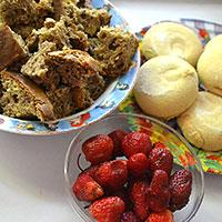 Готовим зефир, ягоды и бисквитные кубики - фото
