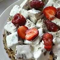 Между слоев бисквита и зефира кладем ягоду - фото