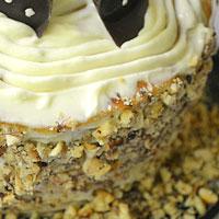 Посыпаем орехами края торта - фото