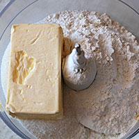 Соединим маргарин и сухие ингредиенты - фото