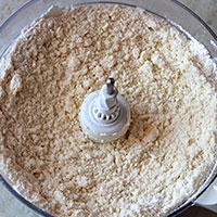 Порубим маргарин и сухие ингредиенты в крошку - фото