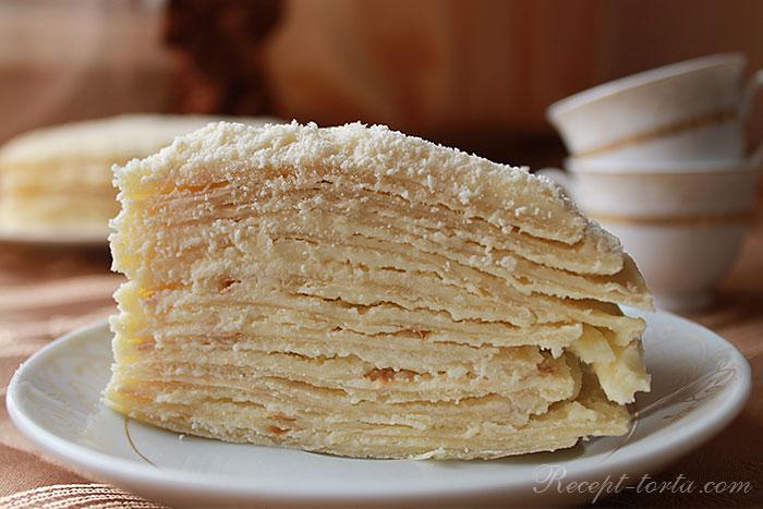 Кусок торта Наполеон, выпеченного на сковороде