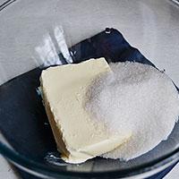 Вмешаем в крем масло с сахаром - фото