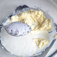Вводим горячее молоко в масло  с сахаром - фото