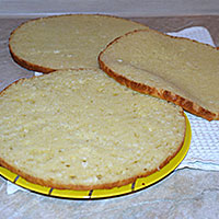 Разрезаем бисквит - фото