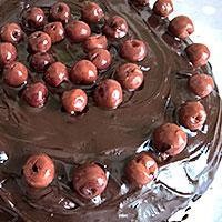 Поверх шоколада выложим вишневый узор - фото