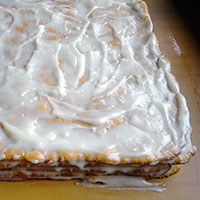 РСмажем медовые коржи Рыжика - фото