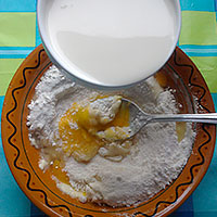 Соединим яйцо, муку, сахар и молоко для крема - фото