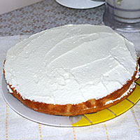 Смазываем торт Сметанник кремом - фото