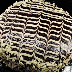 Торт Птичье молоко с узором на шоколадной глазури - фото