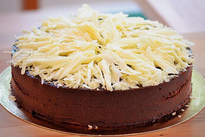 Украшение торта шоколадной стружкой