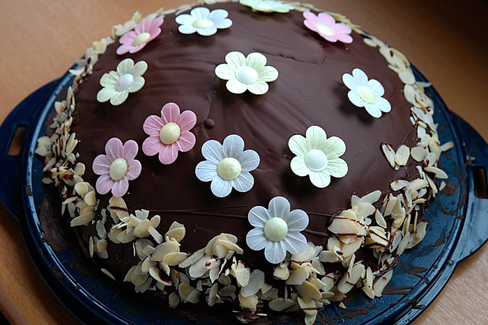 Торт с готовыми кондитерскими украшениями