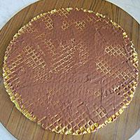 Смазываем вафельные коржи шоколадным кремом - фото