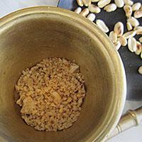 Измельчаем орех в крошку - фото